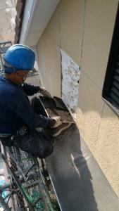 外壁の部分的な解体には寸法通りの切り込みを入れて丁寧に取り外します。