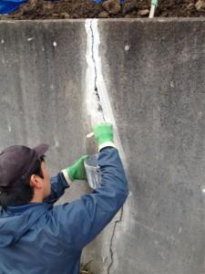 コンクリートのひび割れには特殊な薬を流して固めた後、きれいに磨いて仕上げます。